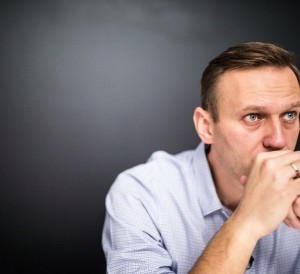 Создать мем: russian opposition leader alexei navalny say he could defeat putin in a fair election fsb would like to know your current location, оппозиционер, навальный в саратове